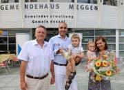 Gemeindepräsident Urs Brucker (links) hiess die Familie Käser mit Nicolas Käser, Simone Käser-Meier und den beiden Kindern Yves und Zoé in der Gemeinde herzlich willkommen. (Bild: PD)
