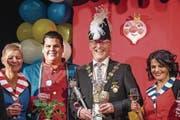 Der neue Räbevater Werni I. Metzger erhebt zusammen mit Ehrendame Luzia Langenegger (links), Lakai Leo Bär und Ehrendame Antonella Bischofberger das Glas auf seine Regentschaft während der kommenden Räbefasnacht. (Bild: Christian Hildebrand (Baar, 20. Januar 2018))