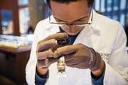 Führend im Handel mit Vintage-Luxusuhren: Ein Tourneau-Mitarbeiter prüft eine Uhr. (Bild: Michael Nagle/Bloomberg (New York, 1. November 2014))