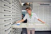 Mitarbeiterin Rahel Bachmann beim Einräumen von Medikamenten in der See Apotheke. (Bild: Dominik Wunderli)
