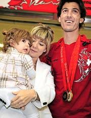 Cancellara 2008 nach dem Olympiasieg in Peking mit Frau Stefanie und Töchterchen Giuliana. (Bild: Keystone/Walter Bieri)