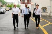 Sie machen vor, wies geht: Beat Arnet von der Suva, Regierungsrat Guido Graf und Martin Degen von der Fachstelle Gesundheit (von links). (Bild: PD)
