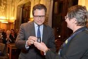 Michael Häfliger nimmt von Ursula Stämmer die Ehrennadel der Stadt Luzern entgegen. (Bild: Eveline Beerkircher / Neue LZ)
