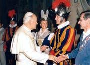 Aus dem Fotoalbum: Der Einsiedler Toni Schelbert bei der Vereidigung im Vatikan mit Papst Johannes Paul II. und seinen Eltern im Jahr 1988. (Bild: PD)
