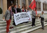 Über 2000 Unterschriften sammelten die Schwyzer Juso für ihre Transparenzinitiative, hier bei der Einreichung. (Bild: Ruggero Vercellone)