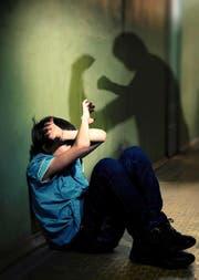Ein Opfer schützt sich mit verschränkten Armen vor seinem Peiniger. (Bild: Getty)