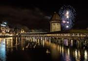 Am 1. Januar findet jeweils ein grosses Feuerwerk über dem Luzerner Seebecken statt. (Bild: Alexandra Wey/Keystone (Luzern 1. Januar 2014))