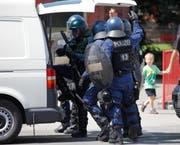 Die Polizei macht sich bereit für den nächsten Einsatz. (Bild: Geri Holdener, Bote der Urschweiz)