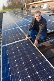 Peter Schürch mit einer neuen Solaranlage auf einem Pferdestall in Buchs. (Bild Eveline Beerkircher)