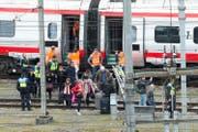 Passagiere verlassen den verunfallten Eurocity-Neigezug. (Bild: Urs Flüeler/Keystone (Luzern, 22. März 2017))