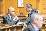 Bundesrat Alain Berset (links) diskutiert mit GLP-Nationalrat Martin Bäumle. (Bild: Alessandro della Valle/Keystone (Bern, 13. März 2017))