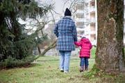 Sie versuchen, mit der Vergangenheit fertig zu werden und in eine positive Zukunft zu gehen: Maria Isenegger und ihre Tochter Selina. (Bild Manuela Jans)