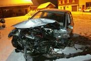 Der Unfallwagen. (Bild Kapo Schwyz)