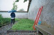 Die Treppe an der Klostermauer erinnert an die Fluchtversuche zu Zeiten des Kinderheims. (Bild: Corinne Glanzmann (Rathausen, 31. August 2017))