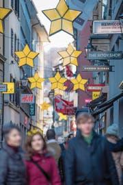 Weihnachtsbeleuchtung um 13.30 Uhr in Luzerns Kapellgasse. (Bild: Nadia Schärli (Luzern, 27. November 2017))