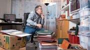 In seiner Wohnung in Inwil katalogisiert Stefan Sägesser die Raritäten und stellt seine Exponate zusammen. (Bild: Maria Schmid (22. November 2017))
