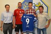 Von l.n.r.: FCL Präsident Philipp Studhalter, Cheftrainer Markus Babbel, Neuzugang Tomi Juric und Sportkoordinator Remo Gaugler. (Bild: PD)