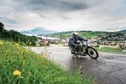 Rolf Bossart aus Hochdorf mit seinem 1930 gebauten Motorrad Universal Typ/E. (Bild: Roger Grütter (Küssnacht, 12. August 2017))
