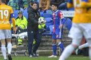 FCL-Trainer Gerardo Seonae gibt Basels Raoul Petretta den Ball. (Bild: Andy Müller / Freshfocus (Basel, 27. Januar 2018))