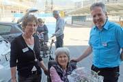Marlis Koch mit der Leiterin Pflege und Betreuung, Silvia Erne und dem Geschäftsführer Daniel Moser (Bild: PD)