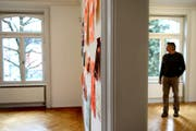 Peter Roesch in seiner Ausstellung Paper Work im Bellpark im Jahr 2013. (Bild: Nadia Schärli)