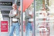 Als wäre es gestern gewesen: Erich Langjahr (73) am Drehort von «USA-Time», einem seiner frühen Kurzfilme, der 1974 vor den Schaufenstern eines Zuger Kaufhauses entstand (Bild: Werner Schelbert/ZZ, Zug, 27. Juli 2017)