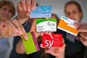 Die Krankenkassenprämien in der Schweiz steigen durchschnittlich um vier Prozent. Im Bild: Versicherungskarten diverser Anbieter. (Symbolbild Keystone/Gaetan Bally)