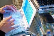 Beim täglichen Umgang mit Computer und Internet lauern zahlreiche unterschätzte Gefahren. (Bild: Gaetan Bally/Keystone)