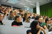 Studenten an einer Vorlesung in der Uni Luzern. (Bild: Corinne Glanzmann / Neue LZ)