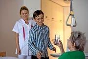 David Lustenberger begleitet Zyrafete Ahmeti (links) durch ihren Tag als Fachfrau Gesundheit im Kurhotel Sonnmatt in Luzern. (Bild Nadia Schärli)