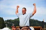 Andreas Ulrich gewinnt das Bergkranzfest auf Rigi Staffel und wird von Kollegen auf den Schultern über den Platz getragen. (Bild: Dominik Wunderli / Neue LZ)