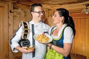 Christian Halter und seine Frau Angelika (im bayrischen Dirndel, keine Obwaldner Tracht) mit den Hindersi Magronen im Landgasthof Grossteil am Freitag, 13. Mai 2016 in Giswil. (Bild: Philipp Schmidli / Neue LZ)