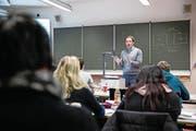 Dozent Andreas Hirner vermittelt Laien an einer privaten Rechtsschule juristisches Grundwissen. (Bild: Philipp Schmidli (Luzern, 6. Dezember 2016))