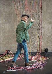 Künstlerin Vera Staub (59) mit ihrer Installation in der Maihofkirche. (Bild: Dominik Wunderli (Luzern, 26. April 2017))