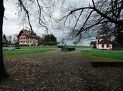 Zwei Denkmäler der Korporation: die «Wart» (links) und das Schützenhaus. (Bild: Stefan Kaiser (27. Oktober 2017))