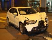Die Front des Autos ist beim Unfall stark beschädigt worden. (Bild: Zuger Polizei (Zug, 8. Februar 2018))