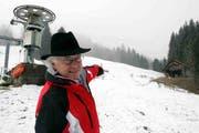«Da kamen sie runter»: Benjamin Bucher zeigt auf die Frauen-Weltcup-Slalomstrecke vom 15. Februar 1987 in Flühli. (Archivbild Neue LZ)