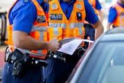 Beamte der Luzerner Polizei führen eine Fahrzeugkontrolle durch. (Symbolbild) (Bild: Philipp Schmidli (Luzern, 20. Oktober 2014))