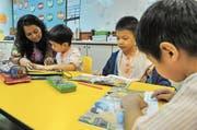 Eine Gruppe Fünfjähriger übt in der Vorschule das Lesen. (Bild: Roslan Rahman/AFP (Singapur, 25. Mai 2010))