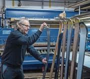 Skiproduzent René Unternährer in seiner Werkstatt. (Bild: Pius Amrein (Doppleschwand, 14. Dezember 2017))