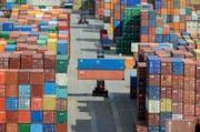 Wer profitiert vom weltweiten Handel? Nicht alle. Wissenschaftlerin Stefanie Walter plädiert dafür, die Gewinne besser zu verteilen. (Bild: AP/Fabian Bimmer)