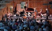 Milder Duft haufenweise frischen Heus umwehte das Ensemble Chamäleon am ersten Sommerklänge-Konzert in der Scheune des «Hof» in Oberwil bei Cham. Die Tenne war bis auf den letzten Platz besetzt. (Bild: Andreas Faessler (9. Juni 2017))