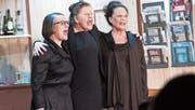 Von links: Mirta Mock (gespielt von Hedwig Nietlisbach), Hedi Noser (Rita Pföstl) und Selma Renner (Miriana Huber) auf der Bühne im Pfarreisaal St. Johannes Zug. (Bild: Werner Schelbert (17. Februar 2018))