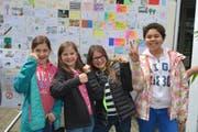 Schüler vor einer Wand voll Grusskarten, die der UNO in Genf überreicht werden sollen. (Bild: PD)