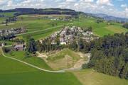 Blick auf das Dorf Buttisholz mit dem Hochwasserrückhaltebecken Fürti. (Archivbild René Meier)