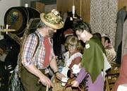 Helen und Ferdi Zgraggen als Weinbauern. (Bild pd)