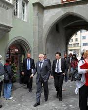 Ein rares Bild aus dem Jahr 2010: Viktor Vekselberg (vorne) unterwegs in der Zuger Altstadt. Links im Hintergrund Ex-Botschafter Thomas Borer. (Bild: Manuela Jans / Neue ZZ)