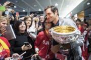 Roger Federer geniesst das Bad in der Menge. (Bild: Ennio Leanza / Keystone (Zürich, 30. Januar 2018))