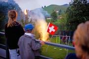 «Unerwünscht» oder ein toleriertes «Ventil»: Einzelne Gemeinden empfehlen ihren Bürgern, auf private Feuerwerke zu verzichten (Symbolbild). (Bild: Keystone)