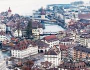 Der Kasernenplatz mit dem Natur-Museum (vorne links) und dem angrenzenden Historischen Museum. Bild: Roger Grütter (Luzern, 21. Februar 2017)